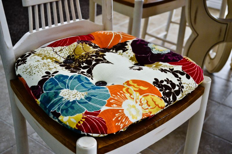 It\'s the Life: DIY: Re-Cover your Kitchen Chair Cushions